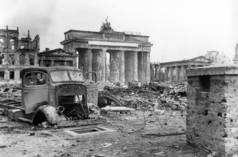 Berlin 1945 Blick über den Pariser Platz auf das Brandenburger Tor Anfang Juni 1945